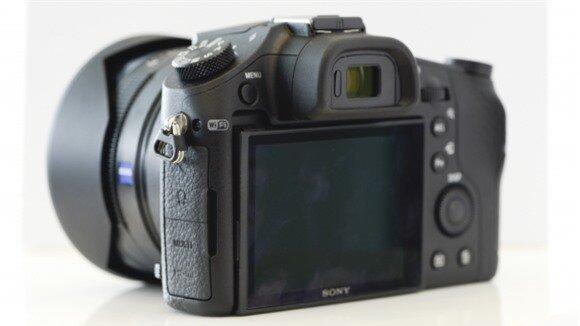 Màn hình LCD phía sau có kích thước 3-inch, độ phân giải 1,4 triệu điểm ảnh và không có cảm ứng