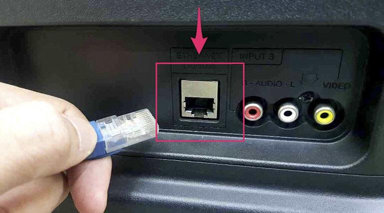 Một trong những cách kết nối wifi với Tivi Samsung thường dùng là sử dụng dây cắm LAN