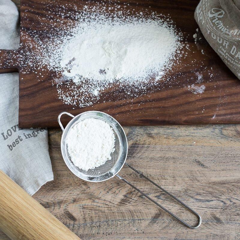 Rây bột trước khi cho vào làm bánh để bánh mịn hơn