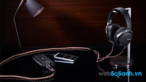 Chiếc MDR-Z7 cùng điện thoại và bộ khuếch đại cho tai nghe