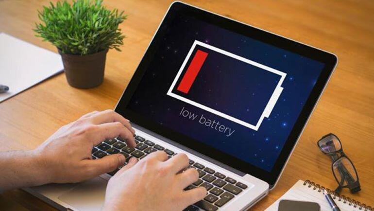 Không nên sạc pin máy tính xách tay để qua đêm (Nguồn: fptshop.com.vn)
