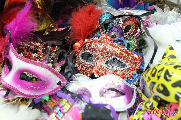 Tại TPHCM có rất nhiều địa chỉ bán phụ kiện trang trí Halloween (Nguồn: foody.vn )