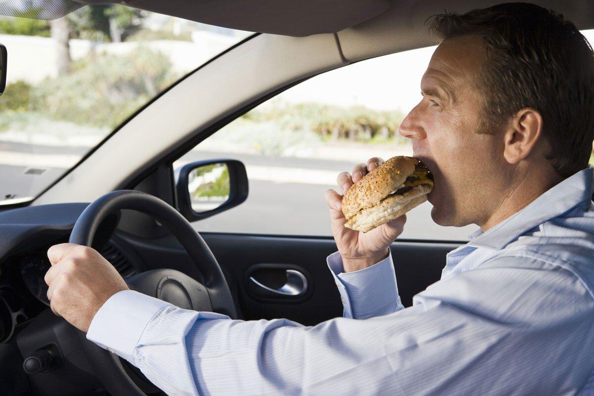 Hạn chế tối đa việc ăn uống và hút thuốc trên xe