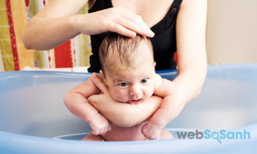 Tắm cho trẻ sơ sinh