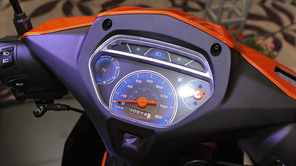Theo đánh giá xe Honda Blade thì mặt đồng hồ hiện đại hiển thị mọi thông số của xe.