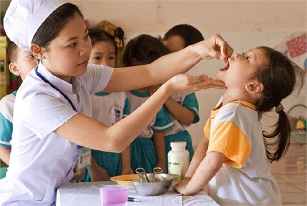 Cho trẻ em uống vitamin liều cao ở các cơ sở y tế
