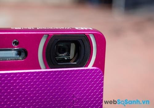 Hai đèn led xung quanh ống kính máy ảnh được dùng để chụp macro trong chế độ Magnifying Glass Plus