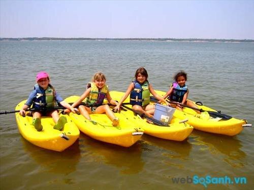 Nếu con bạn thích bơi hãy cho trẻ tham gia trại hè bơi thuyền