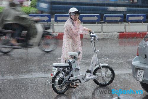 Nếu trước mặt là vùng nước trũng, hãy chờ nước rút rồi mới dắt xe đạp điện qua, tránh bị chập cháy ắc quy, pin