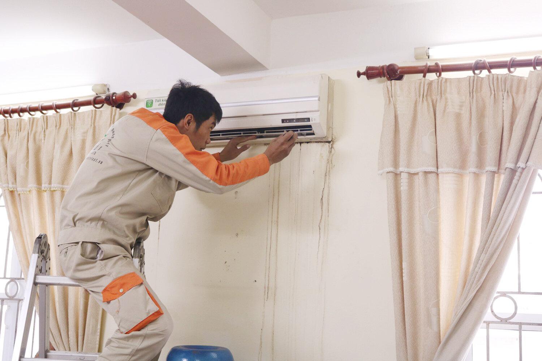 Nếu bạn không xác định được nguyên nhân máy lạnh bị tình trạng rò rỉ thì hãy gọi ngay cho nhân viên bảo trì đến kiểm tra