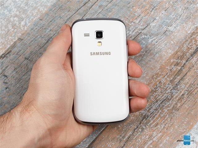 Mặt lưng có thêm một logo thương hiệu Samsung, loa ngoài, camera chính và đèn Flash LED