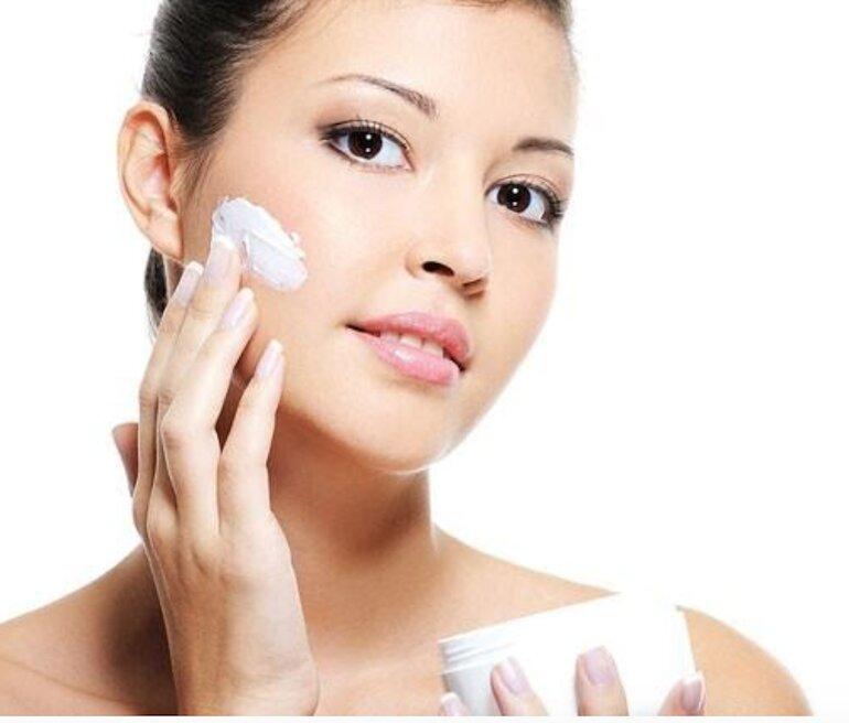Vì sao cần sử dụng kem dưỡng ẩm cho da khô