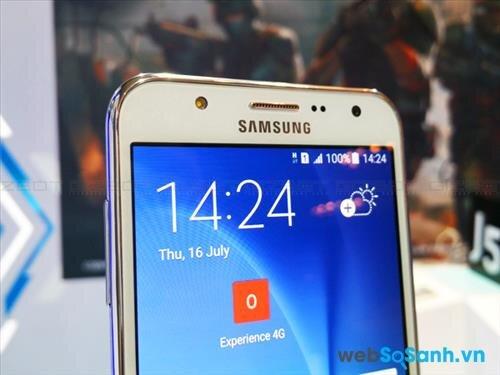 Chọn một trong hai mẫu điện thoại để Selfie, thì chắc chắn Galaxy J7 sẽ thắng nhờ camera trước cùng đọ phân giải nhưng được trang bị đèn Flash