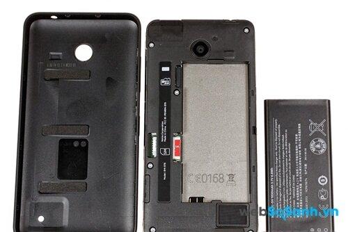 Mở nắp lưng Lumia 630 bạn sẽ thấy các khe cắm thẻ, và một viên pin có thể tháo rời