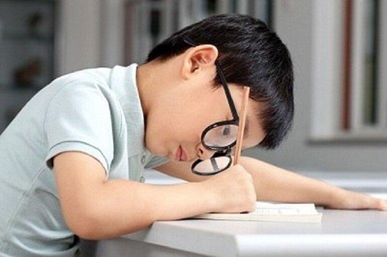 Ngồi học sai tư thế có thể khiến bé bị gù lưng và cận thị