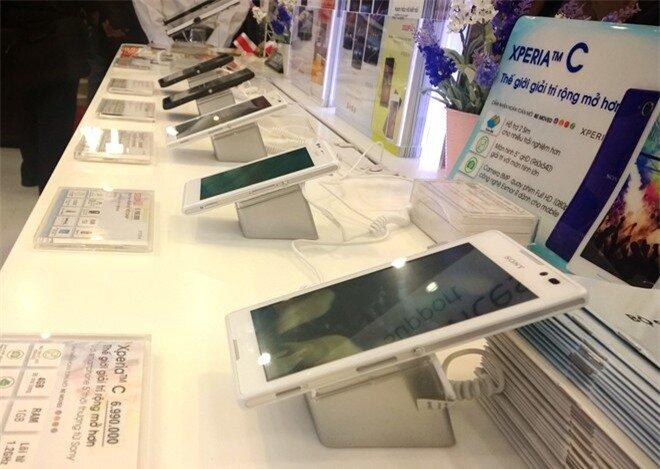 Nhiều smartphone chính hãng liên tục giảm giá trong quãng thời gian giáp Tết. Ảnh:Thành Duy.