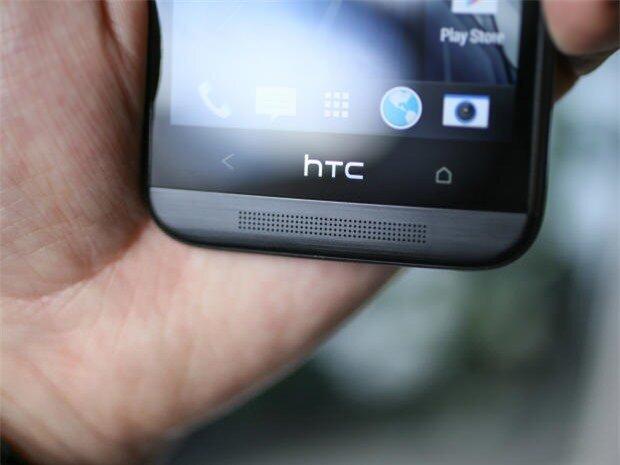 Loa âm thanh nổi BoomSound được thiết kế ở mặt trước, phía trên có 2 phím cảm ứng và logo thương hiệu HTC