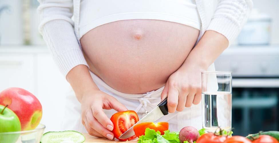 Nước ép cà chua dồi dào vitamin hỗ trợ sự phát triển của thai nhi
