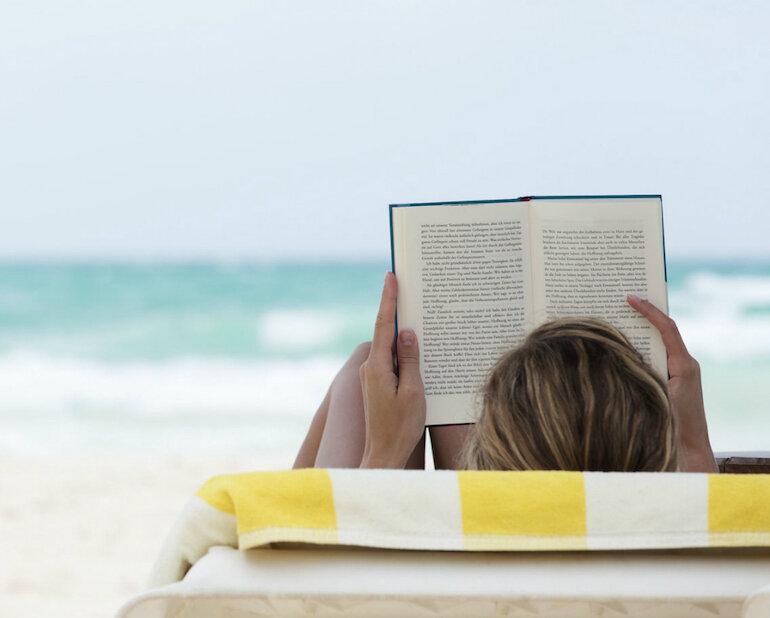 Sách giấy in có thể mang đi chơi, du lịch mà không đòi hỏi phải có pin hay mạng internet