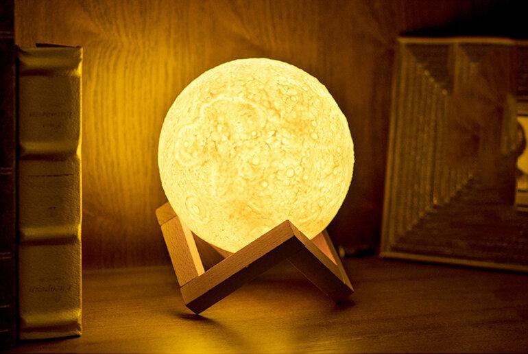 Đèn ngủ hình mặt trăng cho phòng cưới lãng mạn hơn.