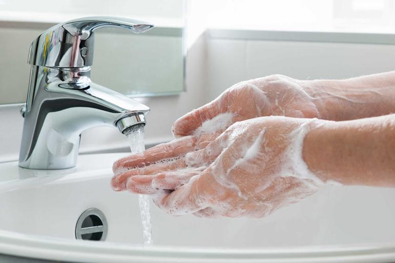 Rửa tay bằng xa phòng ký trước khi sử dụng cốc nguyệt san