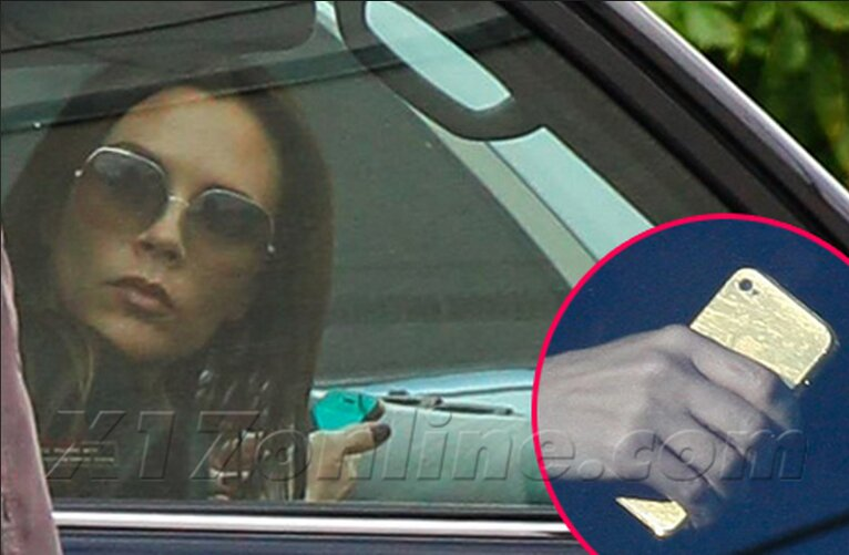 Victoria Beckham, cũng bị bắt gặp gần đây với chiếc iPhone 5 mạ vàng.
