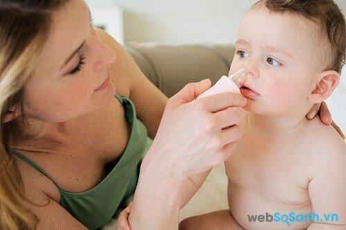 bạn cần xịt, nhỏ nước muối sinh lý thường xuyên để làm sạch đường hô hấp của bé
