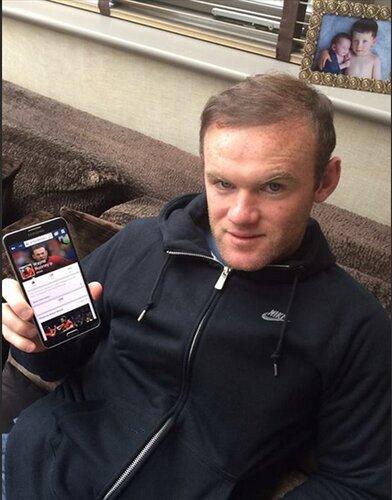 Từng xài con Blackberry dòng Bold, Rooney hiện trung thành với nhà tài trợ Samsung.