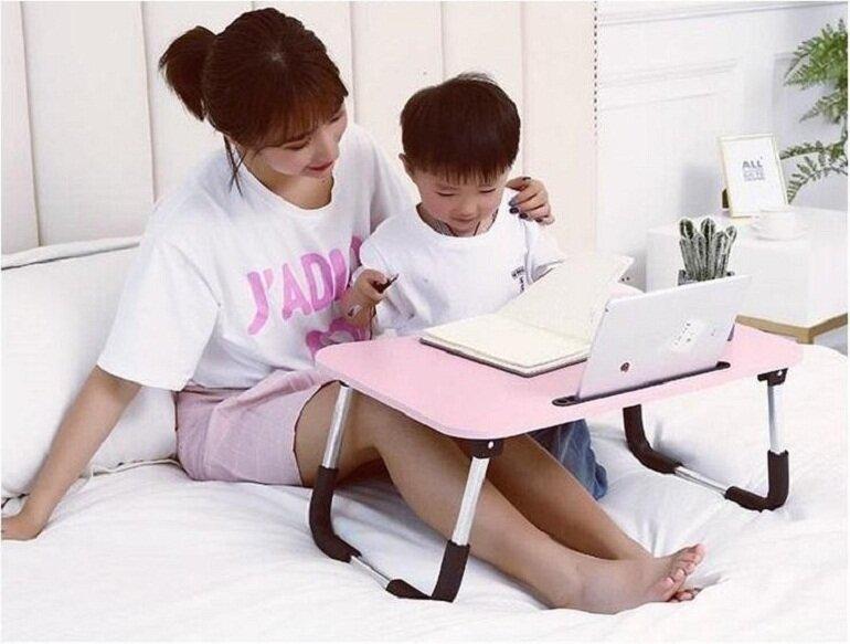 Bàn học trên giường có thiết kế nhỏ gọn, có thể di chuyển dễ dàng rất tiện lợi
