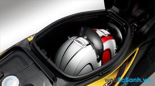 Cốp xe nhỏ cộng với bình xăng nằm dưới yên xe khiến người dùng cảm thấy bất tiện