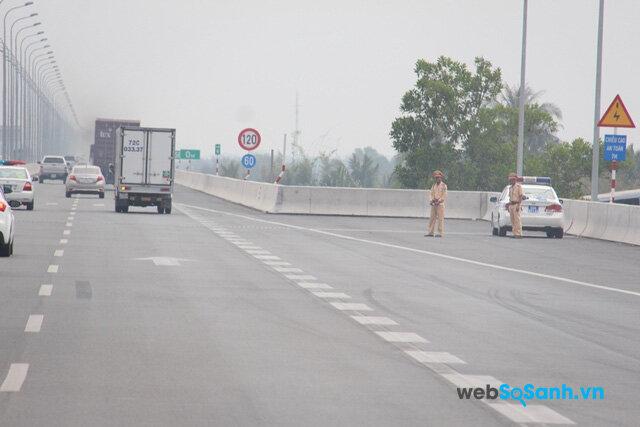 Khi chuyển làn vào trạm nghỉ trên đường cần có tín hiệu báo cho xe khác biết