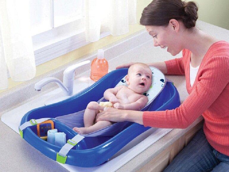 Mẹ nên chọn những loại chậu tắm cho trẻ sơ sinh có lưới hoặc giá đỡ