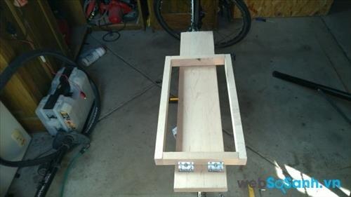 Bạn nên dựng một khung gỗ như thế này để chứa ắc quy