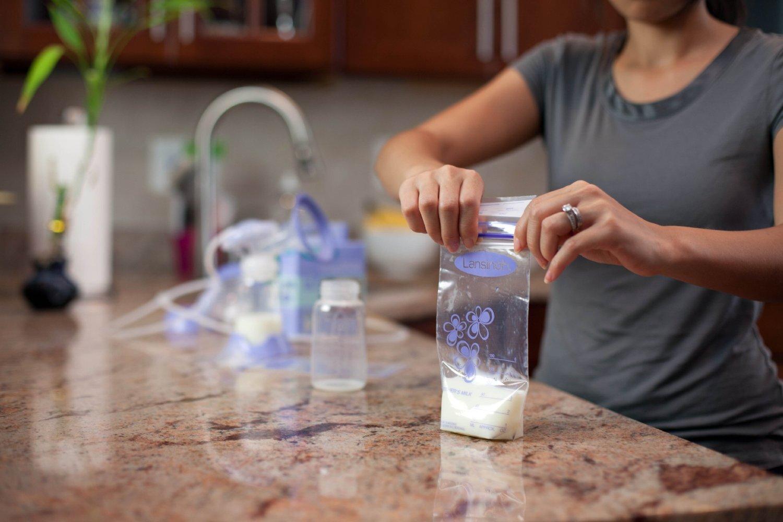 Sữa mẹ sau khi vắt được cho vào túi để cất trữ