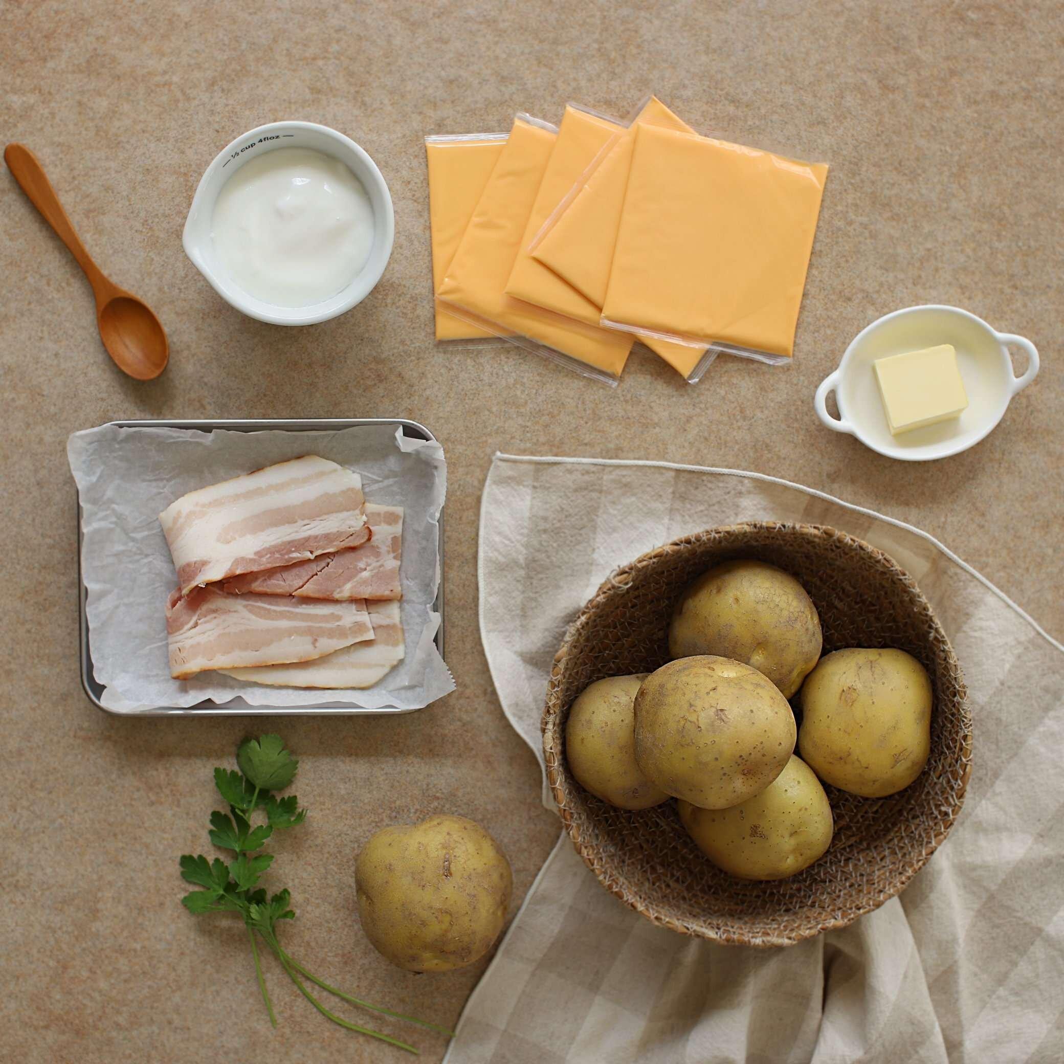 Bước đầu tiên là chuẩn bị nguyên liệu chính: khoai tây và gia vị