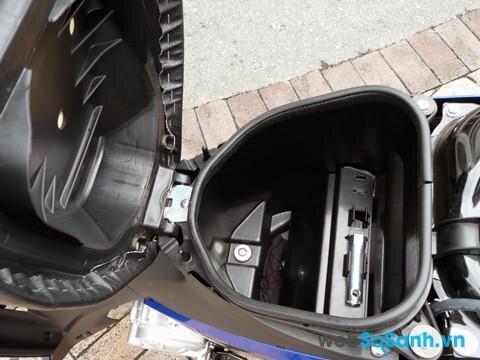 Cốp xe Suzuki Viva có thể chứa vừa 1 mũ bảo hiểm nửa đầu