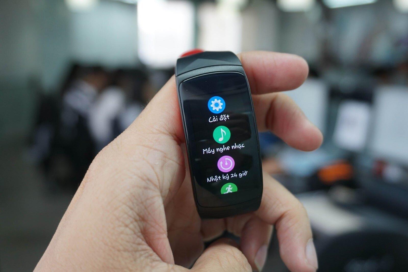 Giao diện Gear Fit 2 đẹp mắt, sắc nét, hiển thị bằng tiếng Việt rõ ràng, dễ sử dụng