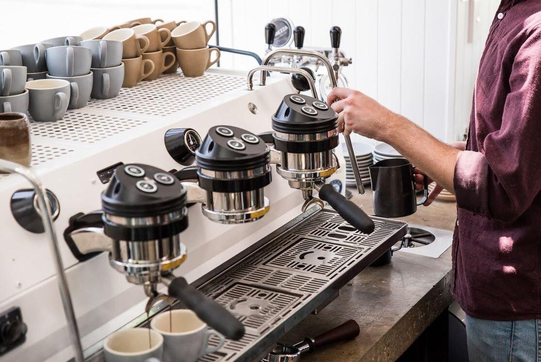Thưởng thức cà phê nhà làm với máy pha cà phê dễ dàng hơn bao giờ hết