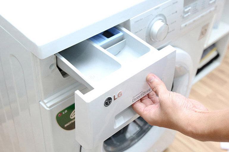 Tháo vệ sinh khay để nước giặt và nước xả