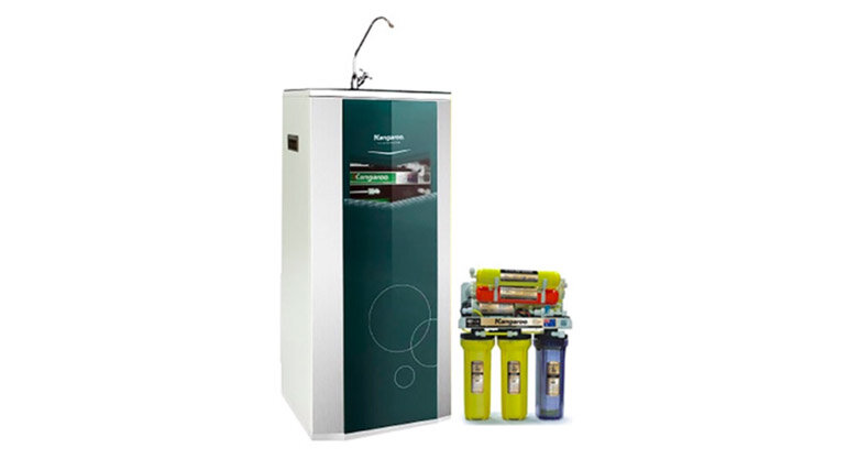 """Một số ưu điểm vượt trội của loại máy lọc nước Nano Geyser này như: •Máy không sử dụng điện, không có nước thải (nước thải của máy RO là khoảng 60%) • Nước sau khi lọc giữ vi lượng khoáng cần thiết cho cơ thể. Tốc độ lọc cao ( tùy thuộc vào áp lực dòng nước), gấp 10-20 lần máy RO thông thường • Thích hợp với mọi nguồn nước, phù hợp cho gian bếp nhà bạn. Kích thước nhỏ gọn, dễ dàng lắp đặt mọi vị trí không gian, dễ lắp đặt, bảo dưỡng. • Tuổi thọ lõi lọc cao (khoảng 5 đến 7 năm sử dụng). • Sử dụng lõi lọc vật liệu Aragon hoàn nguyên giảm chi phí tối thiểu thay lõi lọc(tuổi thọ 6-7 năm hoàn nguyên dễ dàng tại nhà- khác với lõi RO- không thể hoàn nguyên, tuổi thọ 2-3 năm). • Nước đầu ra đạt tiêu chuẩn NSF – tiêu chuẩn nước sạch thế giới. • Đã được kiểm nghiệm và đạt tiêu chuẩn tại """"Viện nghiên cứu dịch tễ học và vi sinh vật Pasteur, St Petersburg, Nga"""" • Máy đảm bảo nước sạch đầu uống được ngay nhưng vẫn giữ được các khoáng chất vi lượng cần thiết cho cơ thể, khác biệt hoàn toàn với máy lọc nước RO- nước trơ không khoáng chất. + Máy Lọc Nước Kangaroo 7 Lõi Lọc Máy Lọc Nước Kangaroo 7 lõi lọc (Còn được gọi là Máy lọc nước Kangaroo KG 104A) với công nghệ NANO Silver diệt khuẩn, tạo khoáng, được thiết kế nhỏ gọn có thể lắp đặt trong gầm tủ bếp, dưới gầm chậu rửa hoặc treo tường, nước lọc qua hệ thống 7 cấp lọc có thể uống ngay mà không cần đun, chỉ việc đưa cốc vào vòi vặn ra là bạn có một cốc nước tinh khiết, mát lạnh, tuyệt đối an toàn cho sức khoẻ, rất tiện dụng, tiết kiệm điện gas, tiết kiệm thời gian."""