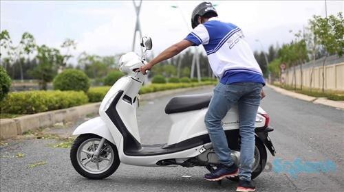 Đi xe máy trời mưa lạnh