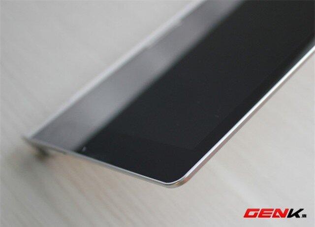 Nếu không tính tới kích thước của phần tay cầm thì có thể nói Yoga Tablet 8 khá mỏng. Máy dày khoảng 7,3 mm, nhưng bù lại so với các mẫu tablet cùng kích cỡ thì nó tương đối nặng, tới 401 g. Có lẽ phần trụ lớn bằng nhôm cùng viên pin dung lượng khủng đã làm tăng trọng lượng thiết bị khá nhiều.
