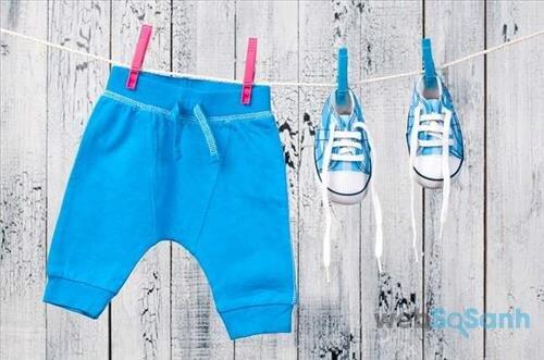 Mẹ nên quan tâm về chất liệu, màu sắc, số lượng... khi lựa chọn quần áo mùa hè cho bé
