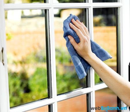 Phải sử dụng găng tay khi lau chùi