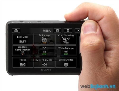 Việc chỉnh thông số trên máy ảnh được thực hiện trên màn hình cảm ứng LCD
