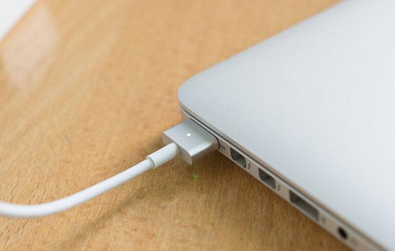 Nên dùng sạc cáp Macbook chính hãng để đảm bảo tuổi thọ của sản phẩm