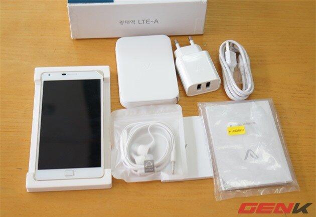 Giống như nhiều điện thoại xách tay Hàn Quốc, ngoài những phụ kiện cơ bản như sạc, cáp, sách hướng dẫn sử dụng, Vega Iron 2 còn được tặng kèm một pin ngoài và dock sạc.