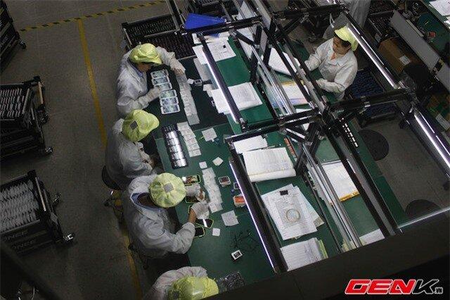 Công nhân tại nhà máy phải qua các bước kiểm tra và bảo đảm nghiêm ngặt như bước qua máy quét để đảm bảo không thất thoát linh kiện, mặc đồ bảo hộ, đeo găng tay... khi làm việc.