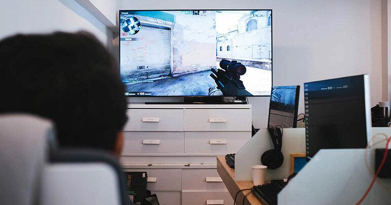 Điều chỉnh độ sáng màn hình TV phù hợp để giảm độ bức xạ.