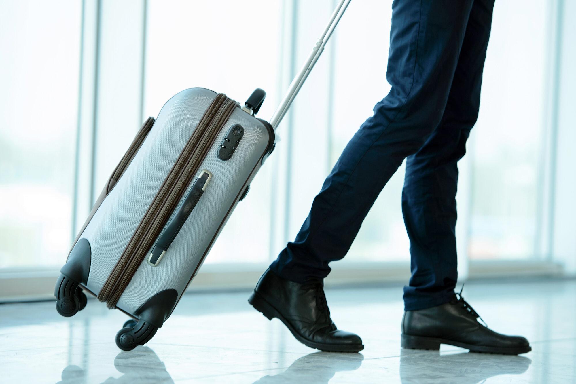 Bạn nên dựa trên các yếu tố cần thiết như mẫu mã, thiết kế và tính tiện dụng để chọn loại vali nhựa hoàn hảo